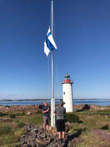 Suomenlippu nostettiin liehumaan juhannuksena.