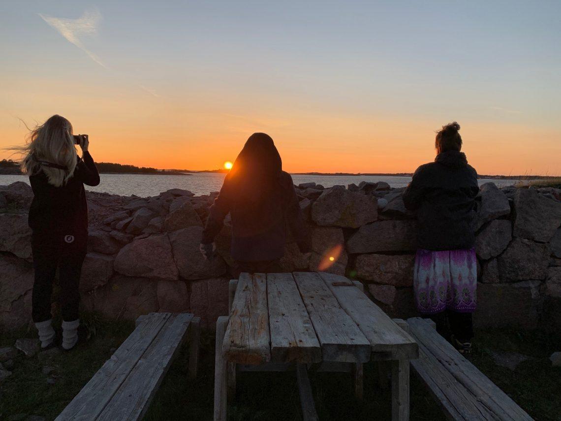 Auringonlaskun katselua Gustulla