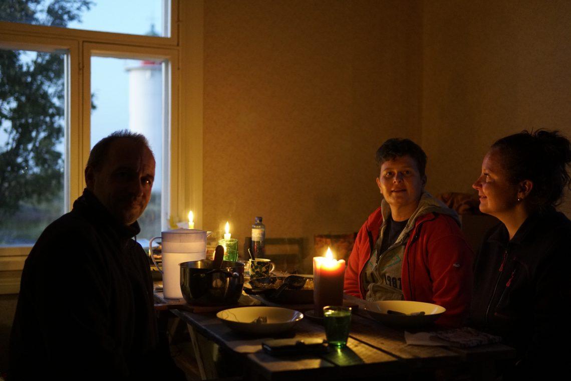 Illallisella sumusireenin hoitajan talossa