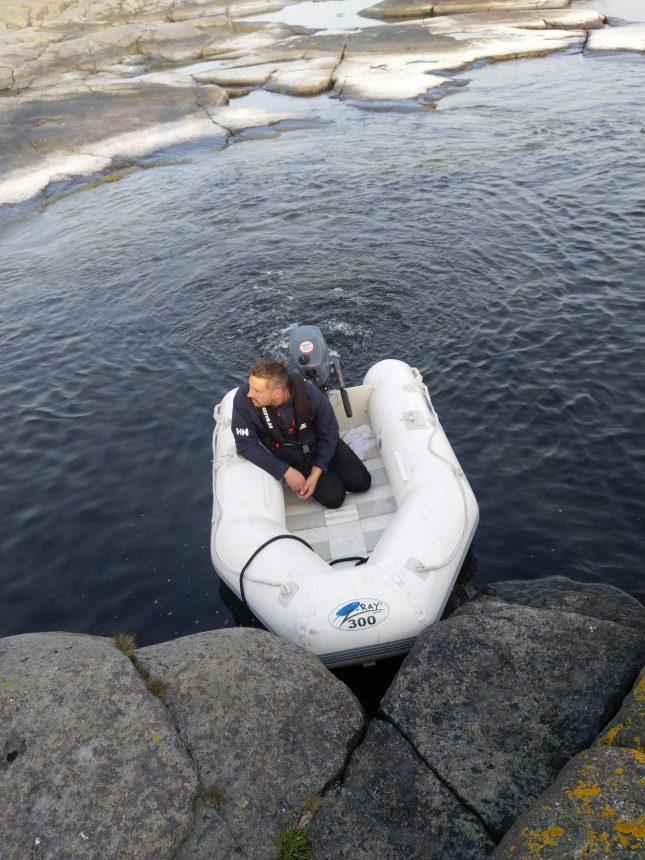 Kuljettajamme Fredrik pienessä kumiveneessä.