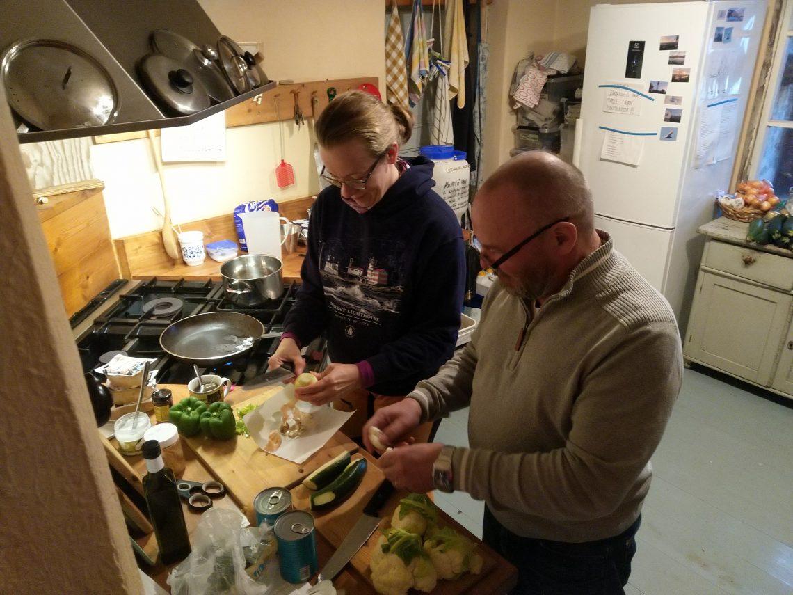 Minna ja Harri tekemässä kookoscurrya.