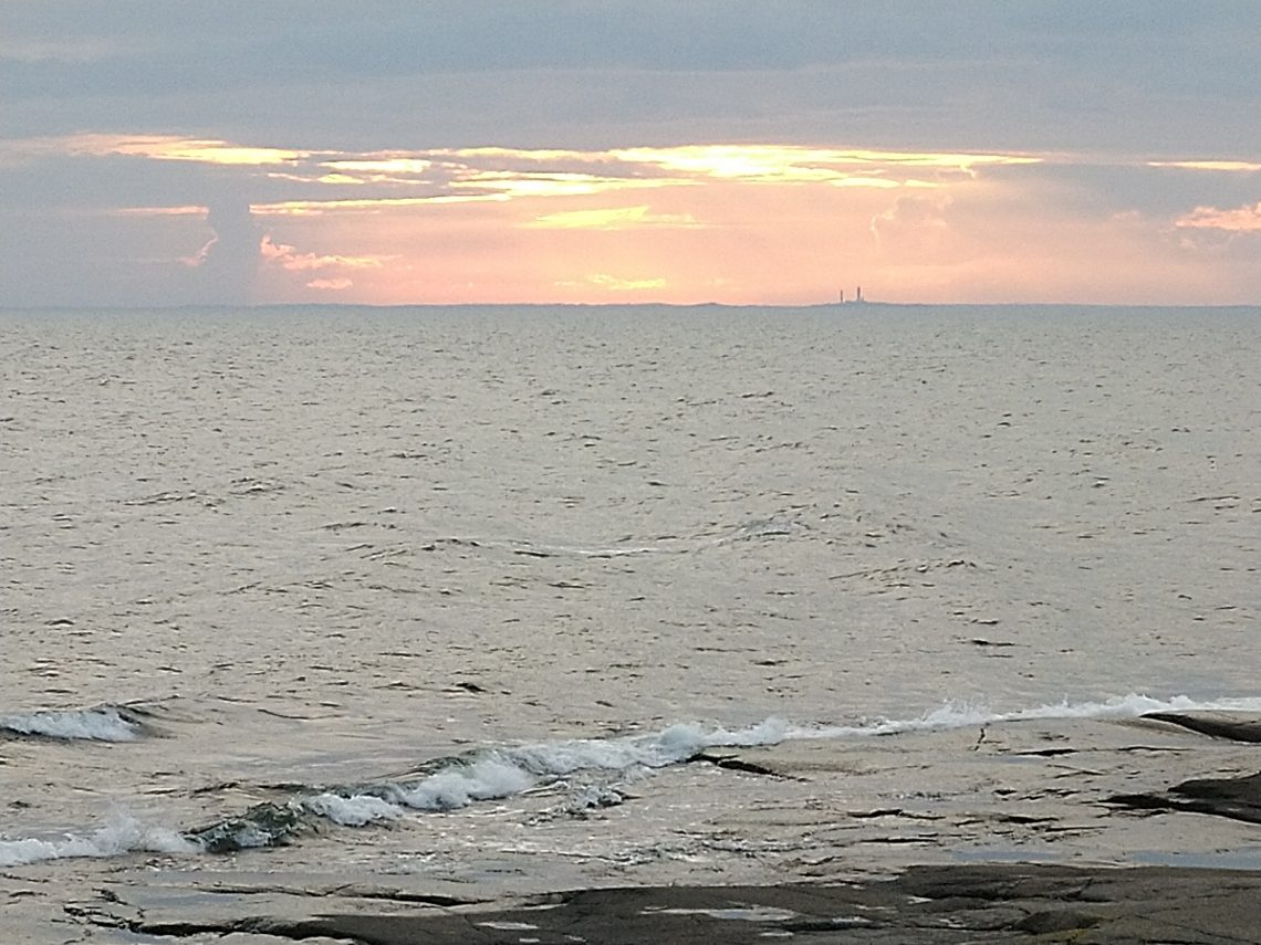 Kuvassa näkyy Ruotsin puolella oleva Understenin majakan silhuetti.