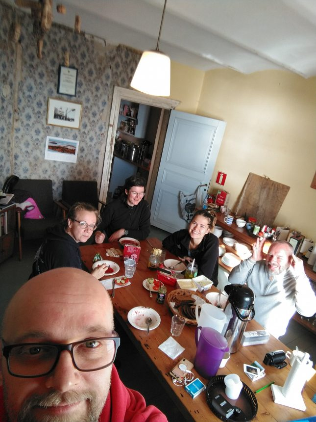 Ruokapöydän ääressä lounaalla