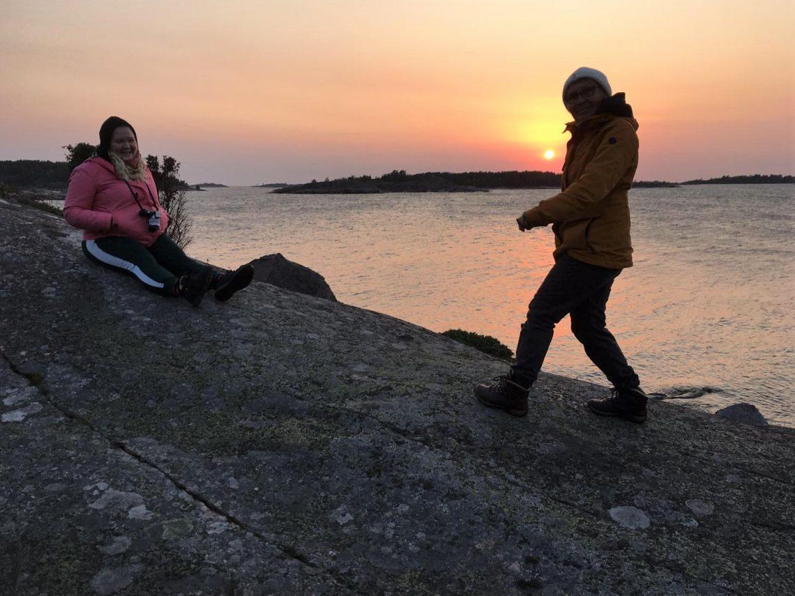 Salla ja Kirsi ihastelevat auringonlaskua