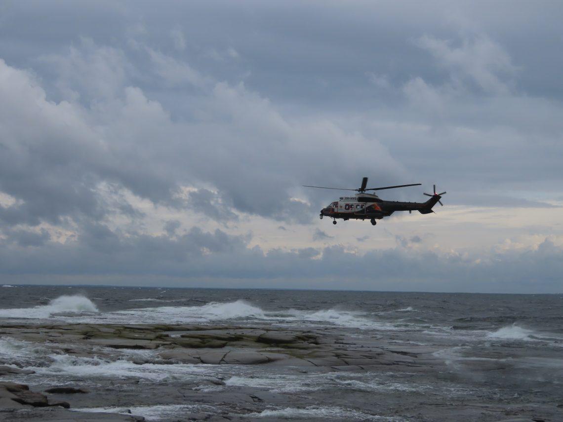 Super Puma-helikopteri lentää