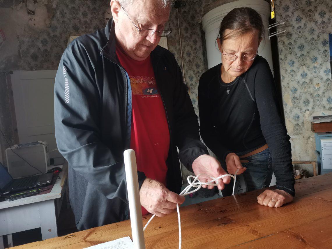 Mies opettaa naiselle solmua