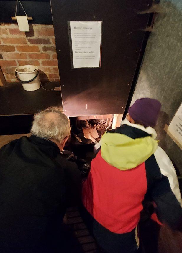 Mies ja nainen tyhjentävät kuivakäymälää