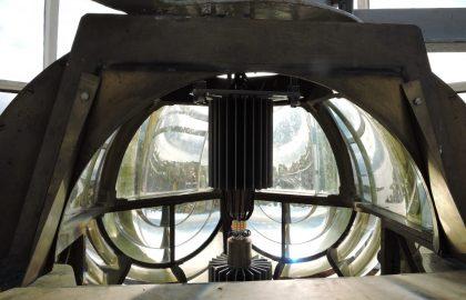 Suomenlinnan perinteisen Fresnel-optiikan sisällä valon tuottaa nyt LED-valonlähde